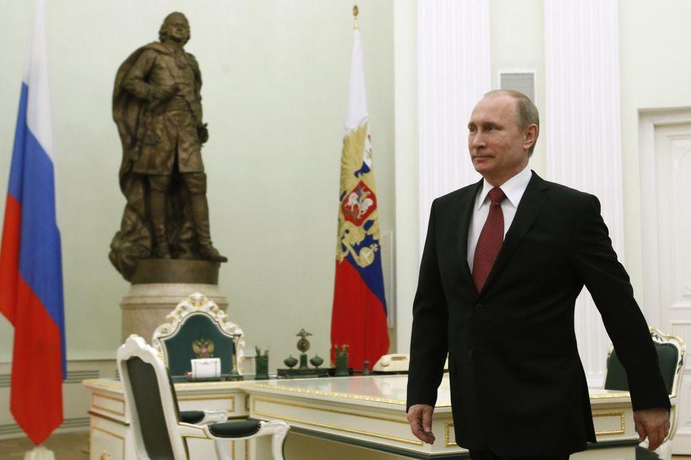 LIČNI PRIMER: Putin skresao plate sebi, Medvedevu i nizu najviših funkcionera