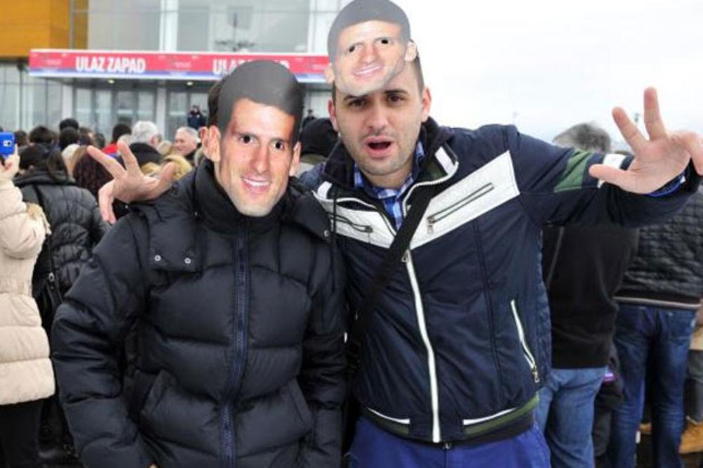 (FOTO) CENA PRAVA SITNICA: Kraljevčani razgrabili maske sa Novakovim likom