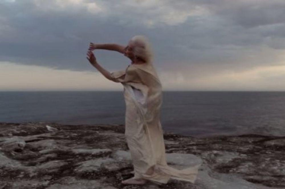 (VIDEO) ONA IMA 100 GODINA I PLEŠE BOLJE OD VAS: Bakica je najbolji svetski koreograf