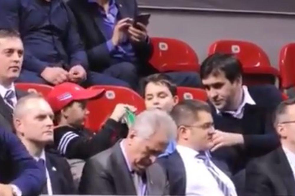 NE DIRAJ TOMU DOK SPAVA: Nikolić zaspao na meču Dejvis kupa! (VIDEO)