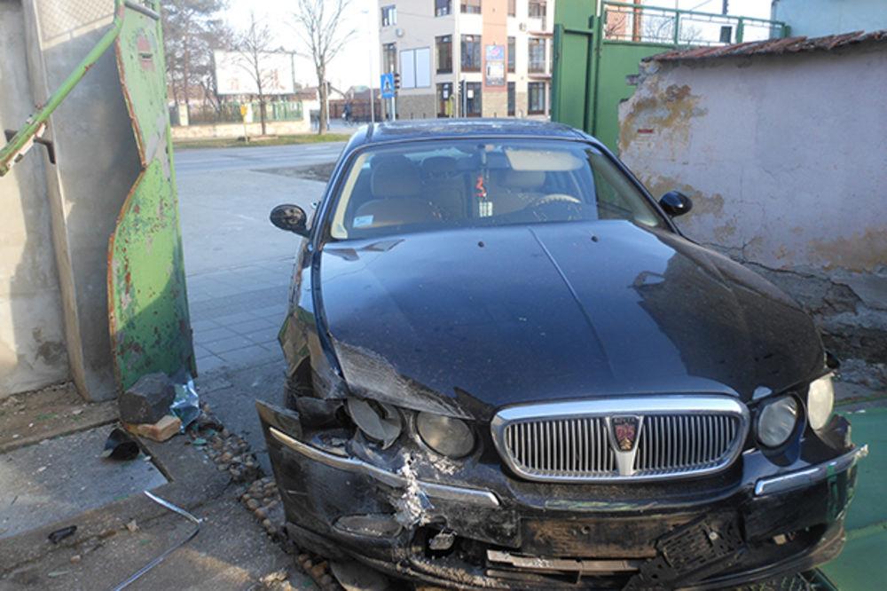 TREBALO JE SAMO DA SE PARKIRA: Kikinđanka autom razvalila kapiju i zakucala se u zid apoteke!