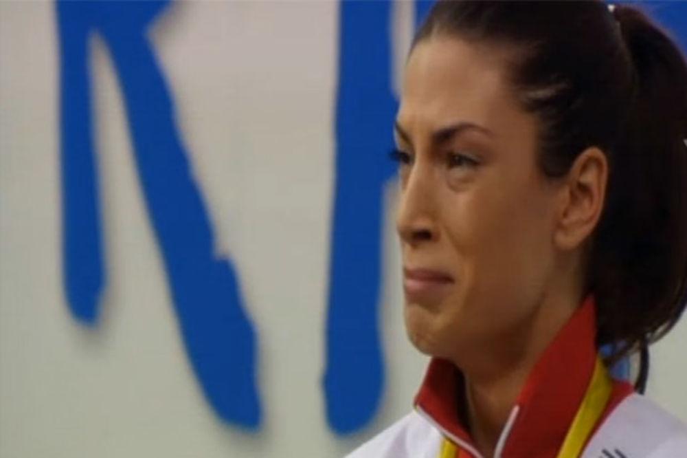 (VIDEO) SUZE RADOSNICE: Ivana Španović zaplakala prilikom dodele zlatne medalje