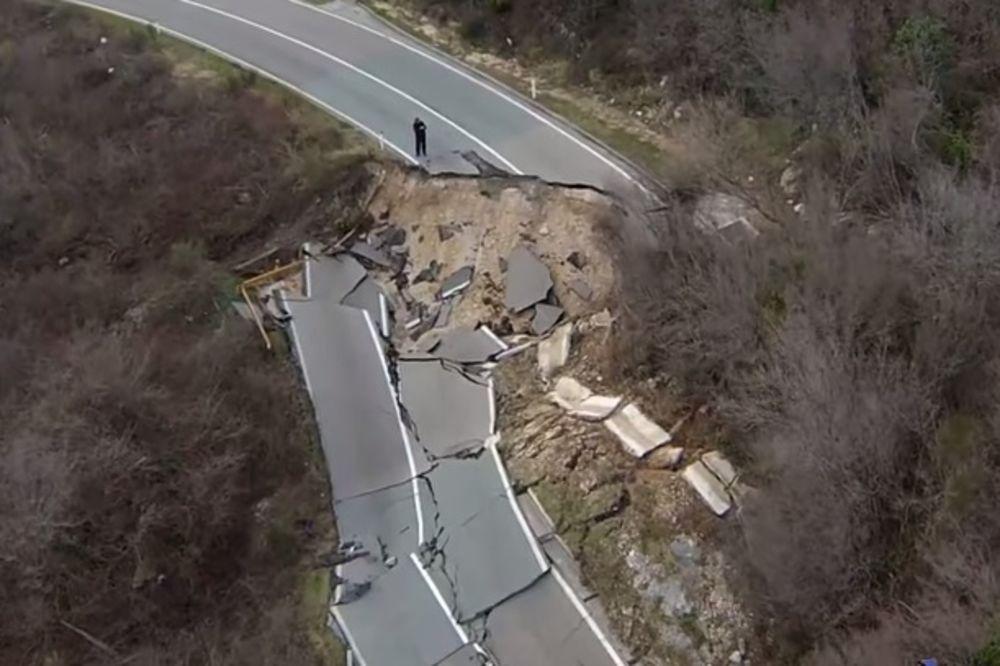 (VIDEO) POTPUNO UNIŠTEN: Pogledajte kako je klizište odnelo put Cetinje Budva!