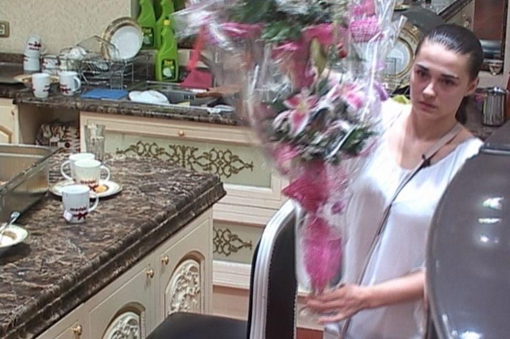 KO JE TAJANSTVENI DEČKO: Cuca dobila cveće i rasplakala se!