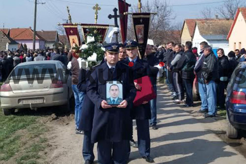 (FOTO, VIDEO) TUGA OKOVALA MOŠORIN: Sahranjen pilot Milovan Đukarić