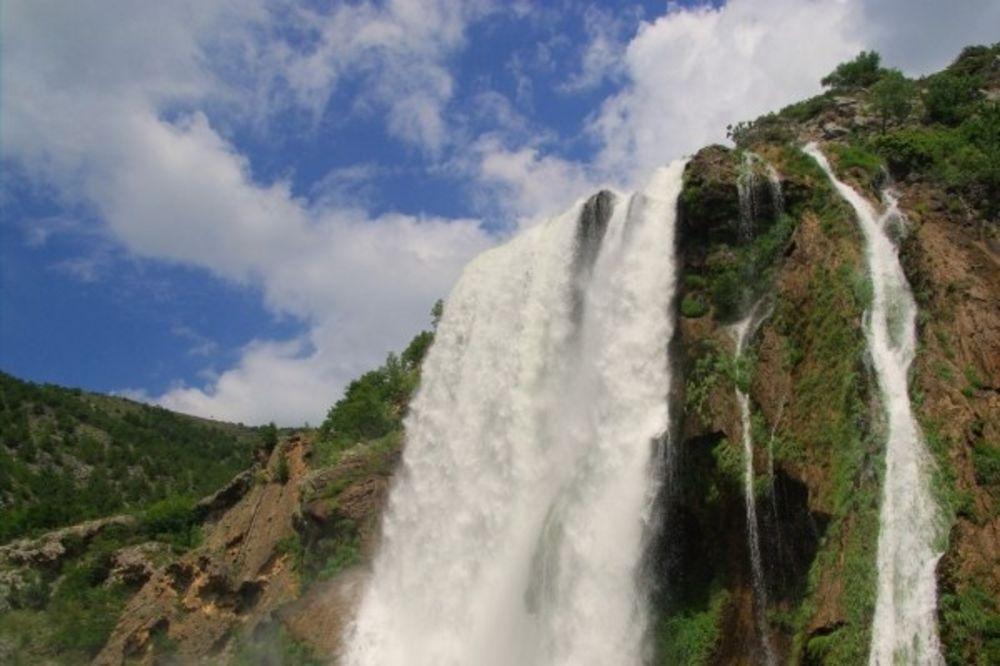 (VIDEO) KNIN: Vetar se poigrava s vodopadom