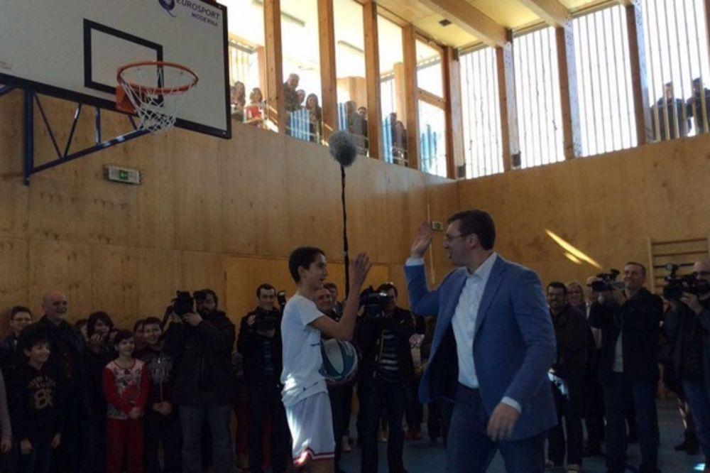 POSLE DVA VEKA POSTOJANJA: Vučić otvorio fiskulturnu salu u Prvoj obrenovačkoj osnovnoj školi