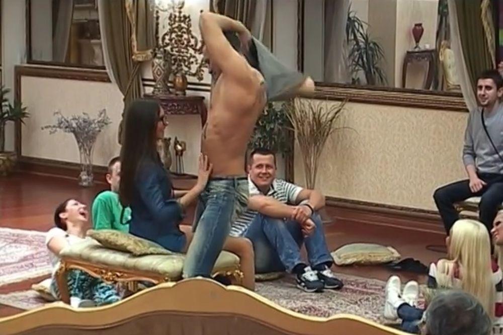 (VIDEO) BAHANALIJE NE PRESTAJU: Igor X izveo striptiz u Ružičinom krilu