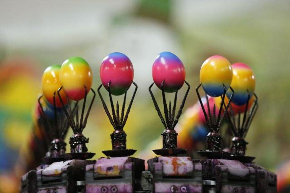 (FOTO) VASKRŠNJE RADOSTI: Fabrika oboji 100.000 jaja svakog dana