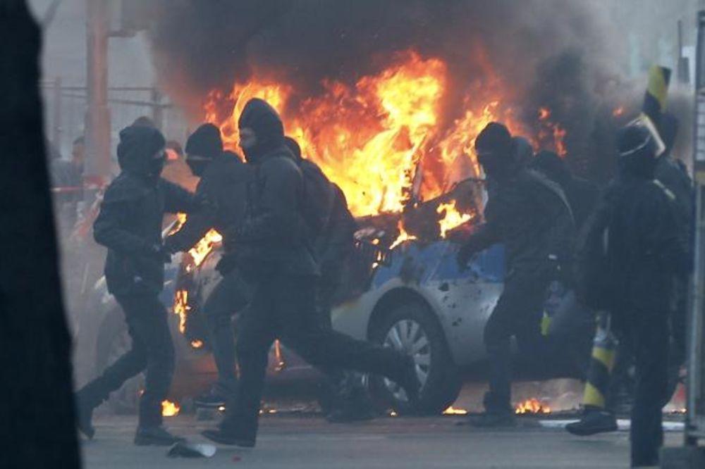 (VIDEO) RAT U FRANKFURTU: Policajci barikadama i bodljikavom žicom ogradili zgradu ECB