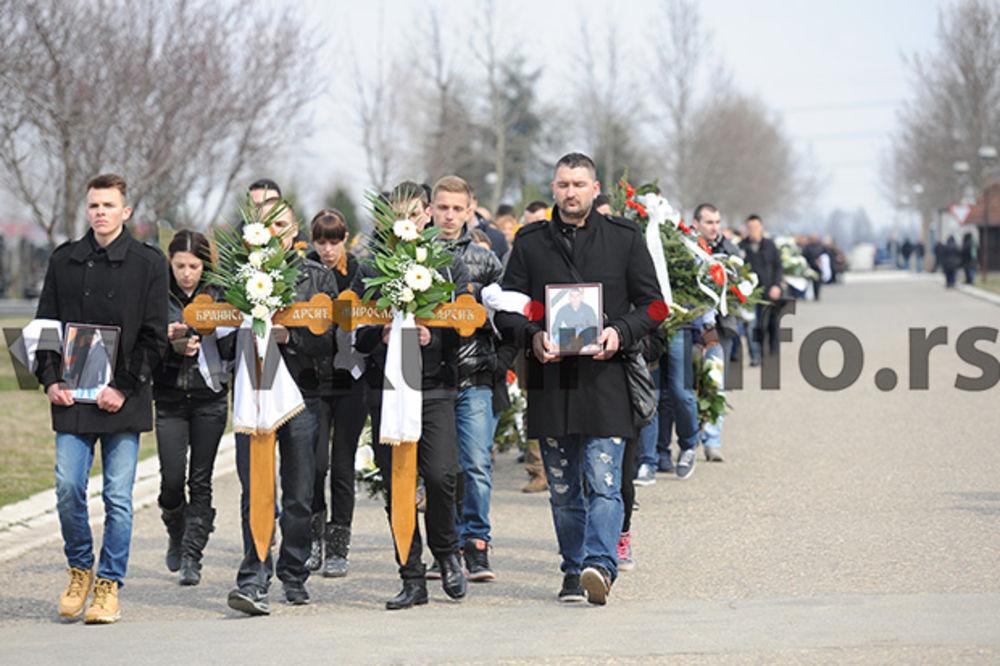 (FOTO) ARSIĆI SAHRANJENI NA BEŽANIJSKOM GROBLJU: Suzama ispraćeni stric i sinovac poginuli u Sibiru