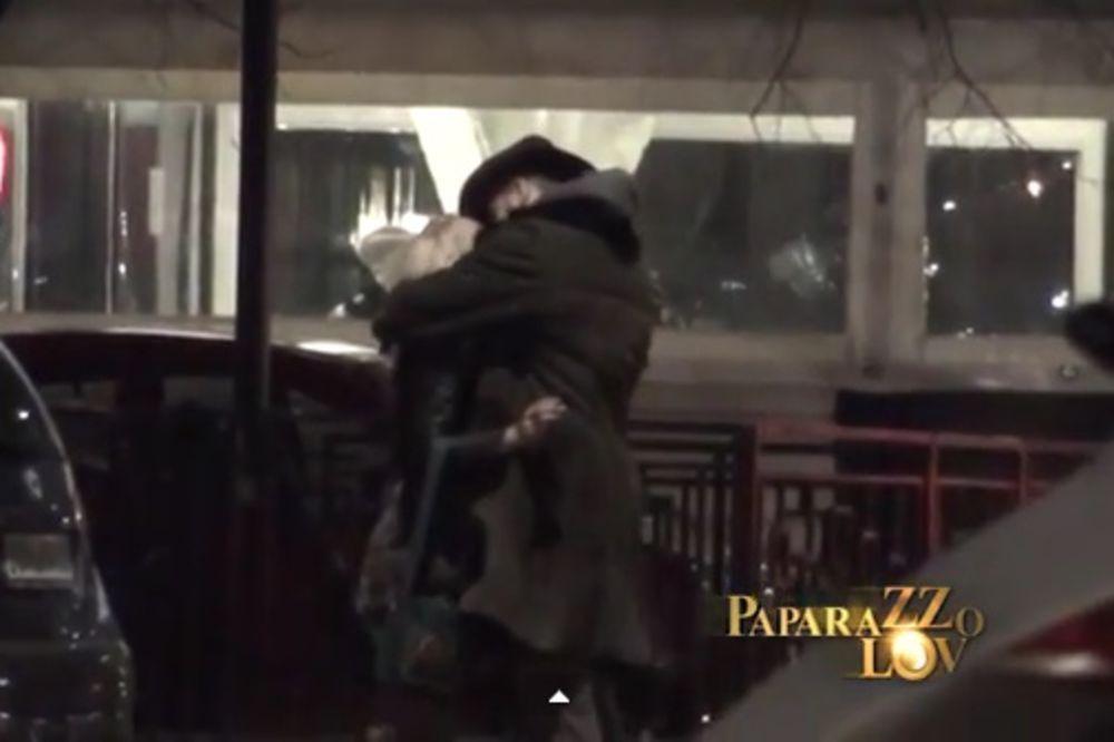(VIDEO) PAZI KO TE GLEDA: Milica Todorović nasred ulice razmenjuje strasne poljupce