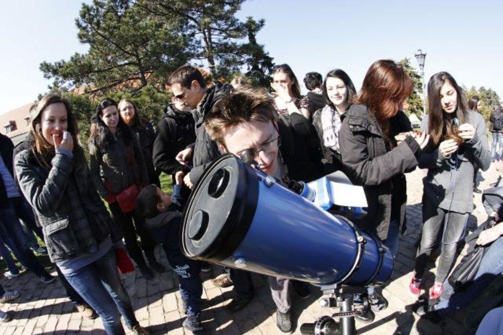 PROĐE I TO: Ovako su Novosađani pratili pomračenje Sunca