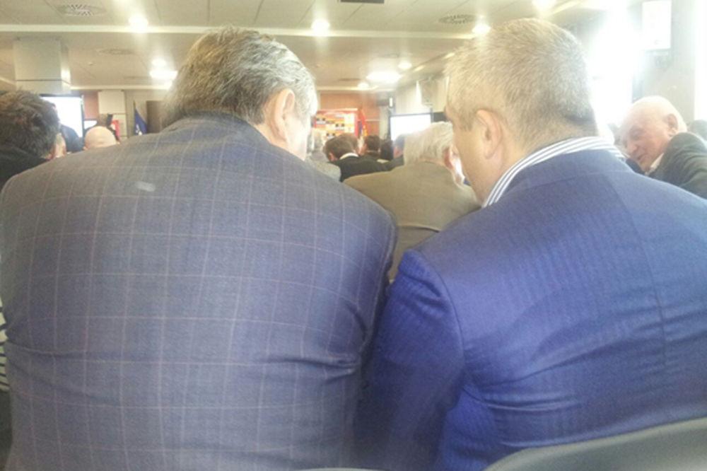 INTERES FUDBALA NA PRVOM MESTU: Popović i Kokeza sedeli nasmejani jedan pored drugog