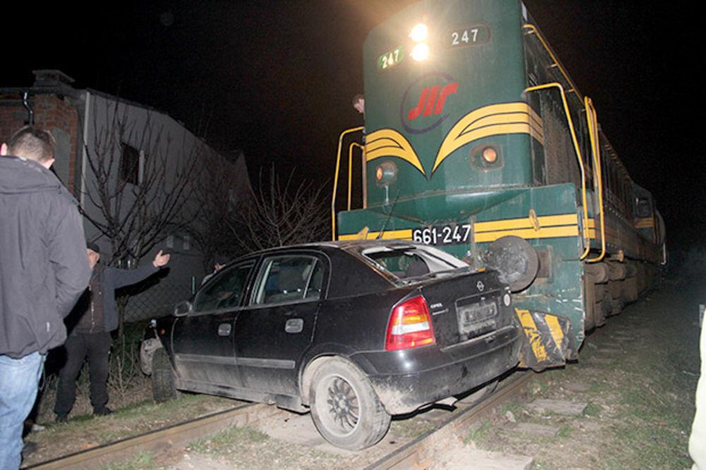 VOZ UDARIO AUTOMOBIL U PANČEVU: Petočlana porodica nepovređena! (FOTO)