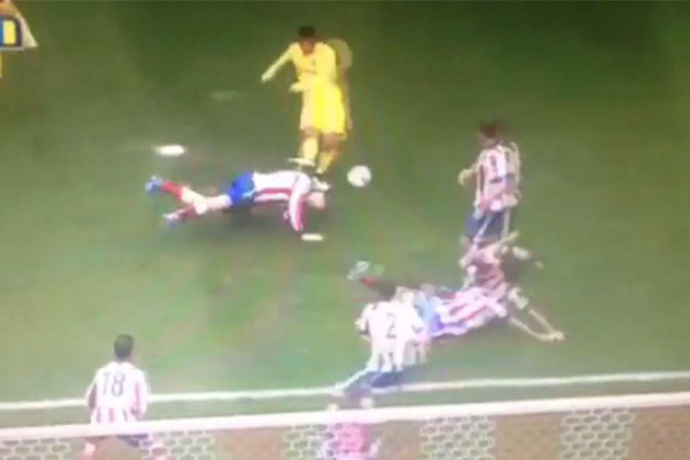 (VIDEO) KAO NEMANJA VIDIĆ: Fudbaler Atletika glavom blokirao šut rivala