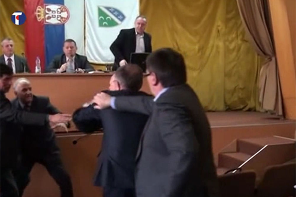 (VIDEO) LETELA DUGMAD SA SAKOA: Potukli se odbornici u Skupštini opštine Prijepolje