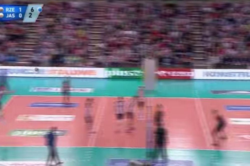 (VIDEO) I SAM NE ZNA ŠTA JE HTEO: Servis srpskog odbojkaša zasmejao svet