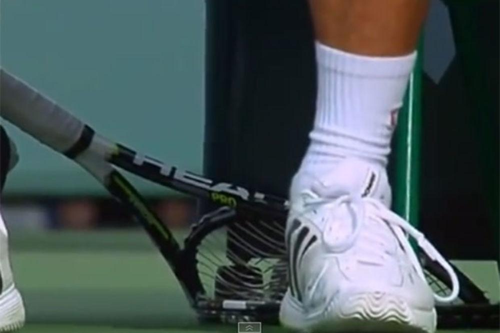 (VIDEO) NOVAKOVO PRAŽNJENJE: Đoković izlupao reket, pa Federera