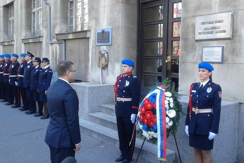 GODIŠNJICA BOMBARDOVANJA: Stefanović položio venac ispred zgrade MUP