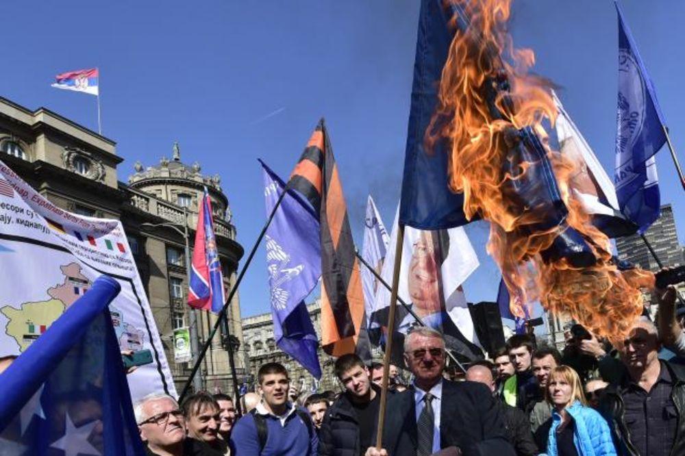 (FOTO) PROTEST ISPRED GENERALŠTABA: Šešelj i radikali zapalili zastave SAD, NATO i EU