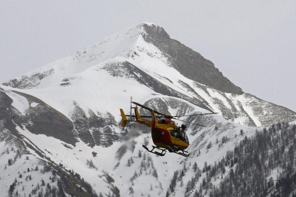 Spasioci traže način da priđu olupini (Foto: Reuters)