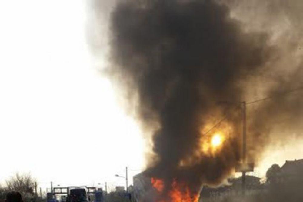 ZAPALIO SE AUTOMOBIL: Jedan poginuo, a drugi teško povređen u sudaru vozila i kamiona