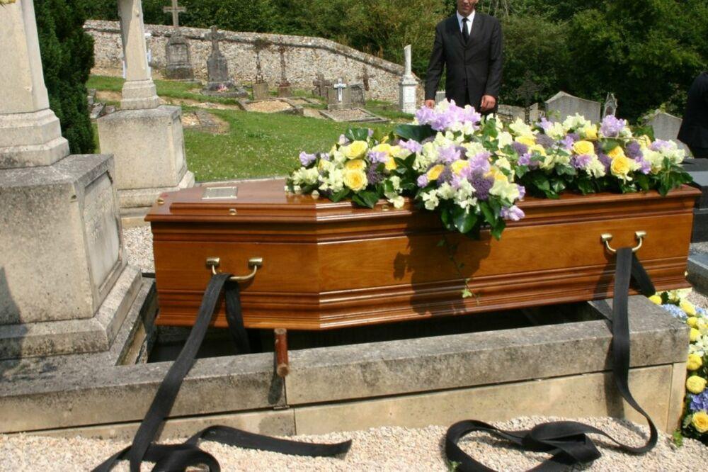 Nezapam eno u kladovu pogrebnici doneli sanduk s pokojnikom i samo