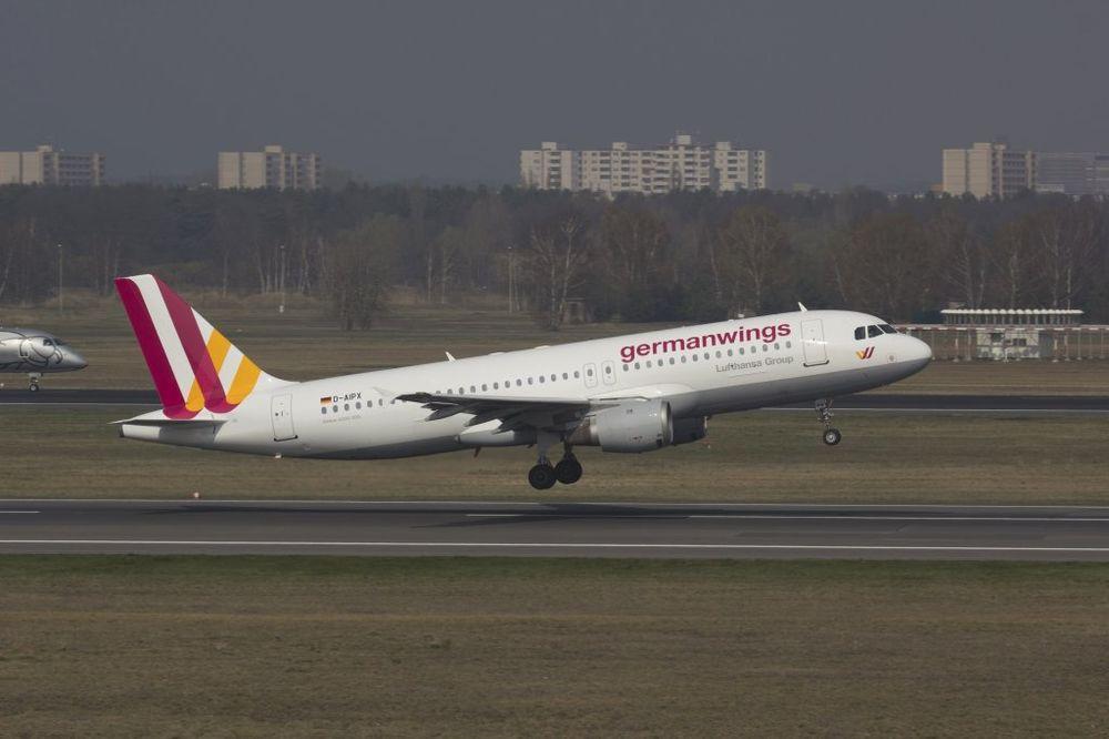 ČUDOM SVI PREŽIVELI: Kanadski avion sa 138 ljudi pao i zakucao se u dalekovod
