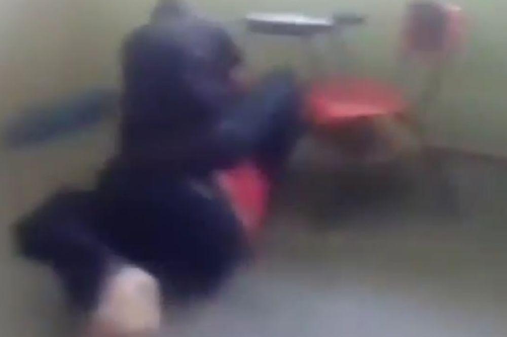 VIDEO ČIME JE TO ON ZASLUŽIO: Žena pretukla nastavnicu pred učenicima jer je spavala sa njenim mužem