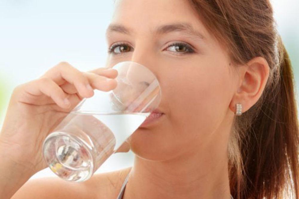 DA LI BISTE PROBALI: Pile si pola litra vode pre obroka i evo šta im se desilo!