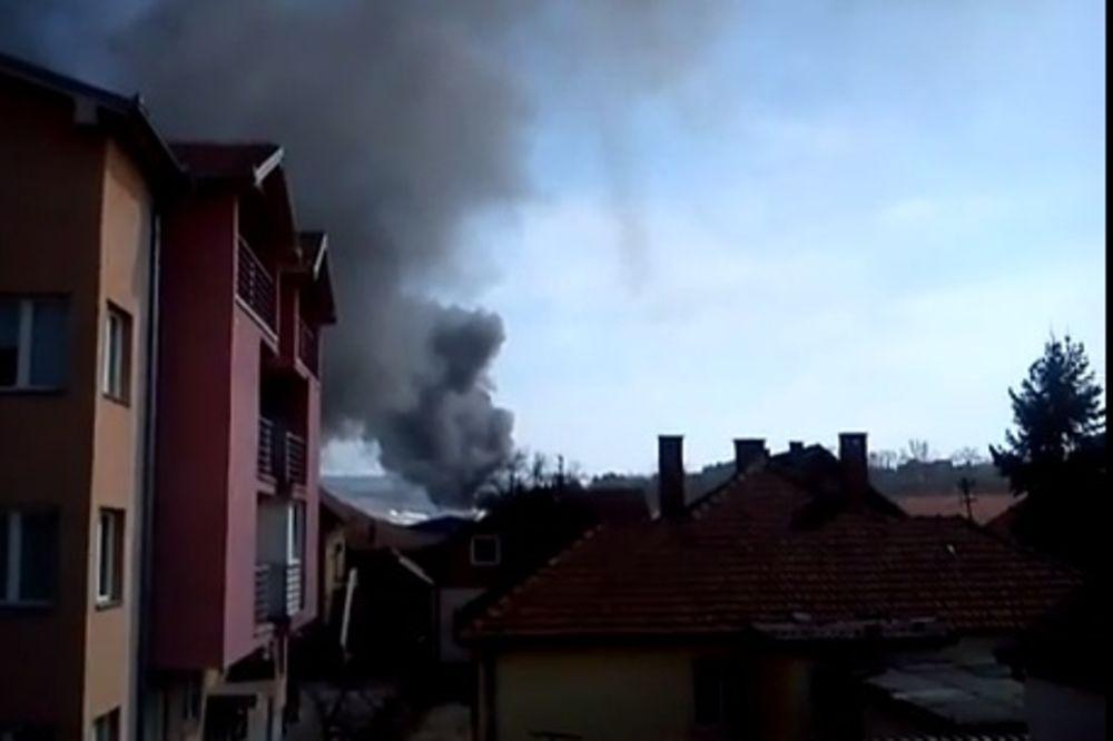 (VIDEO) VELIKI POŽAR U KG: Iz Zastave reomat kulja dim