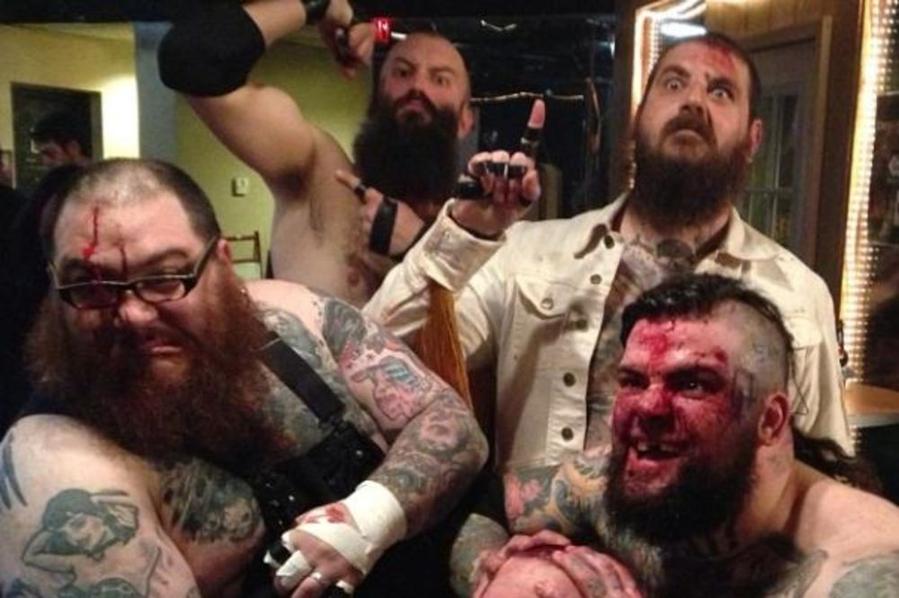 (VIDEO) AGRESIJA I BRUTALNOST: Metal bend u kom napadaju jedni druge bodljikavom žicom zabranjen