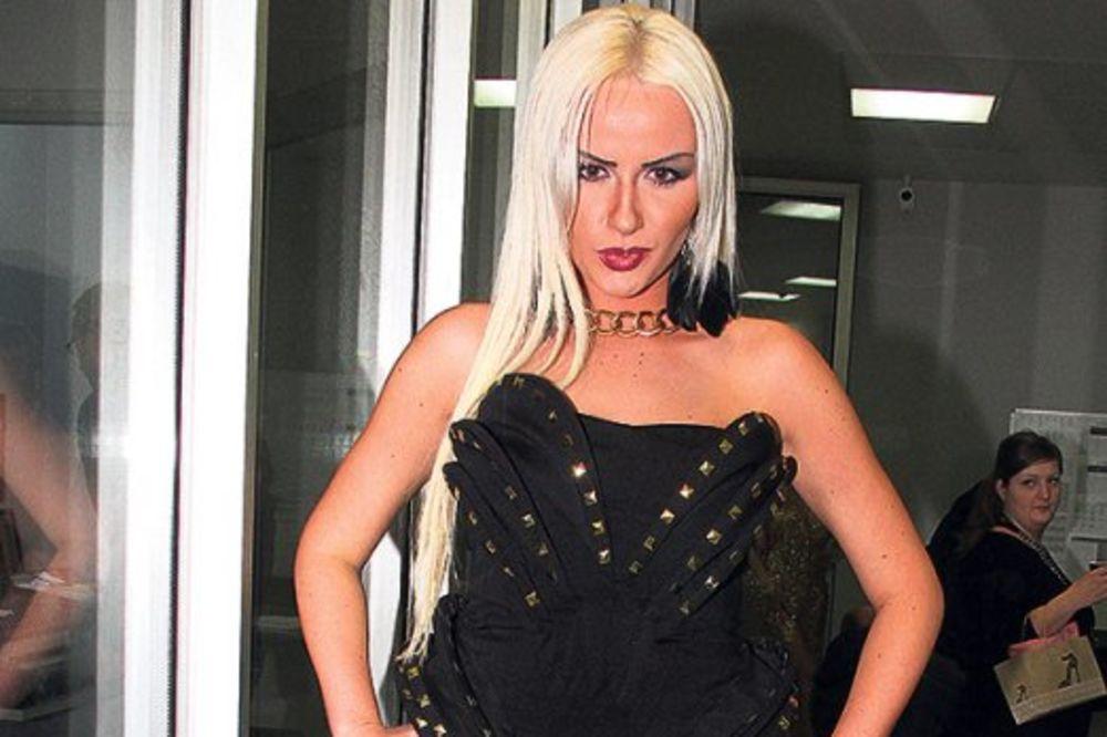 DUDUK: Atina Ferari  ima samo osnovnu školu i 30 dana srednje