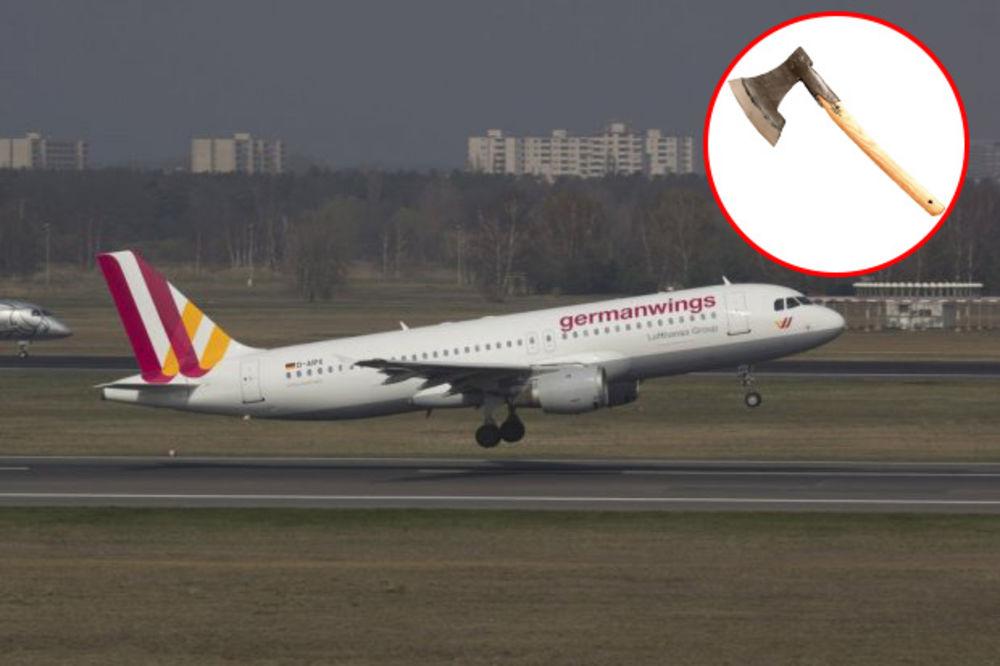 PUTNICI NISU BILI SVESNI ŠTA SE DOGAĐA: Pilot sekirom razvaljivao vrata kokpita!
