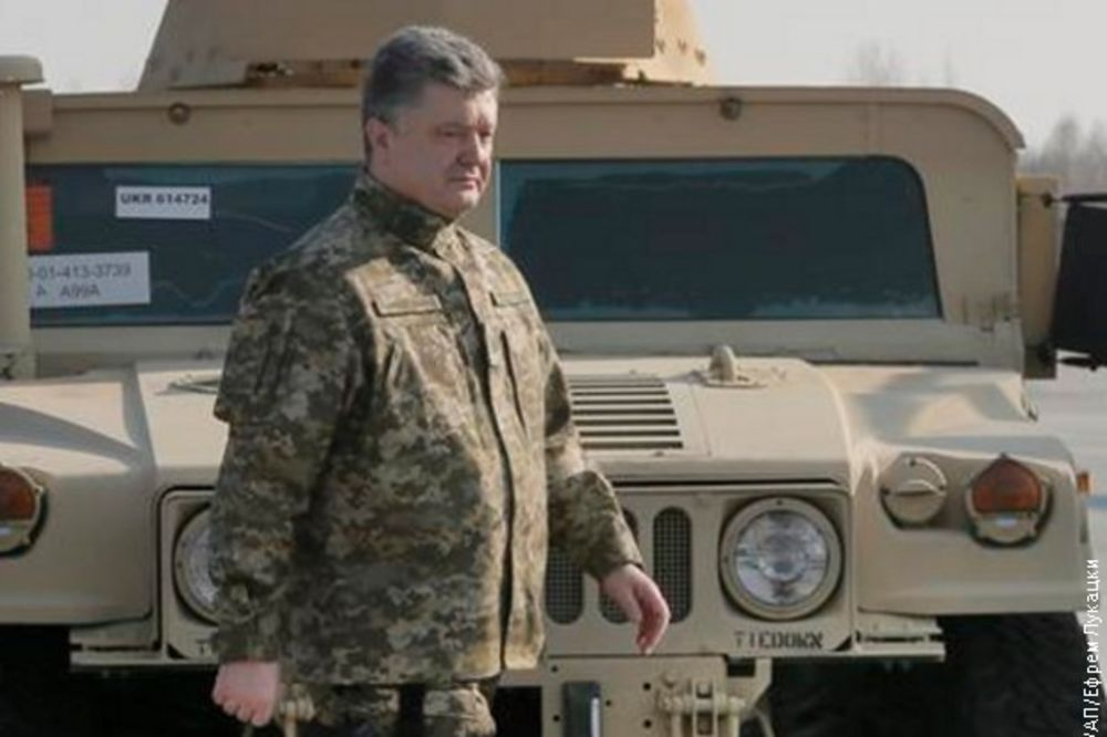 KAUBOJ POROŠENKO: Predsednik Ukrajine s pištoljem na boku dočekao Amerikance!