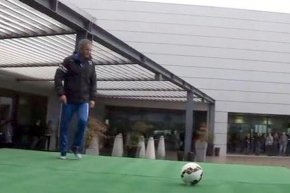 (VIDEO) MIHA BOMBARDUJE S KROVA: Pogledajte kako danas pogađa legendarni fudbaler