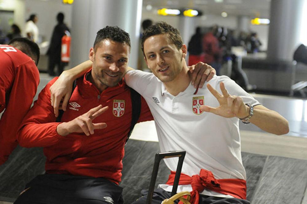 (FOTO) FRKA NA AERODROMU: Srpske fudbalere u Portugalu dočekala dva carinska službenika