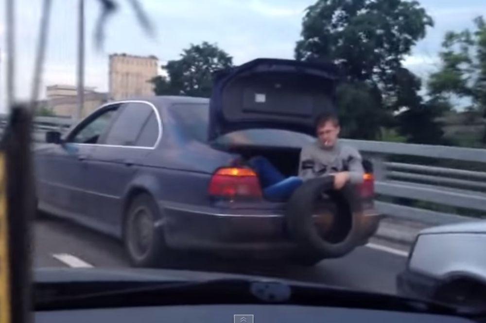 (VIDEO) MOŽE I OVAKO: Šta rade Rusi kada nemaju uže za vuču!