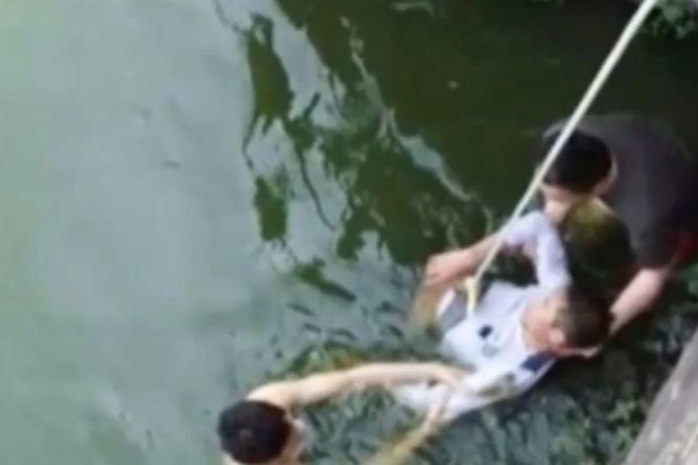 (VIDEO) Upoznao buduću mladu i odmah skočio u jezero!