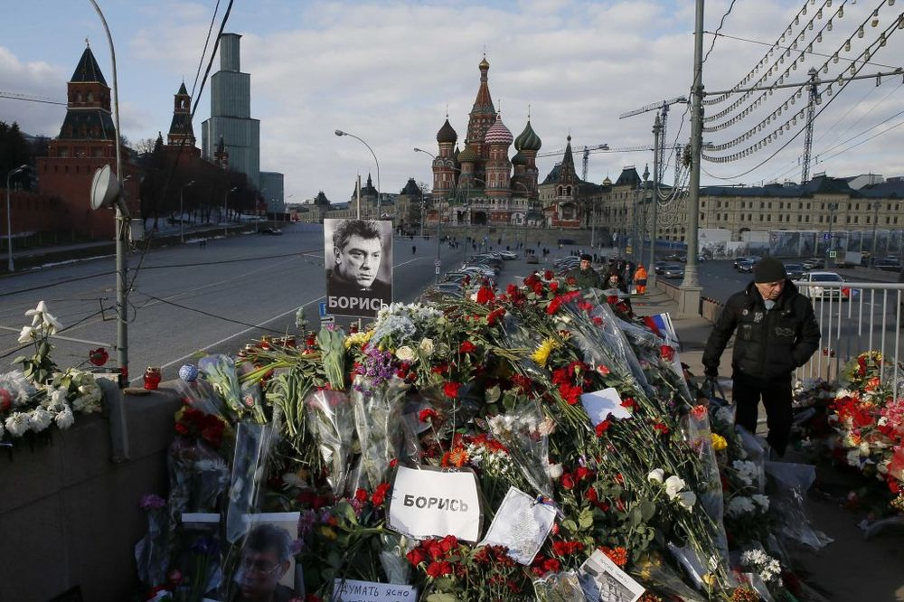 VANDALIZAM: U kesama za smeće odneli cveće i sveće za Nemcova