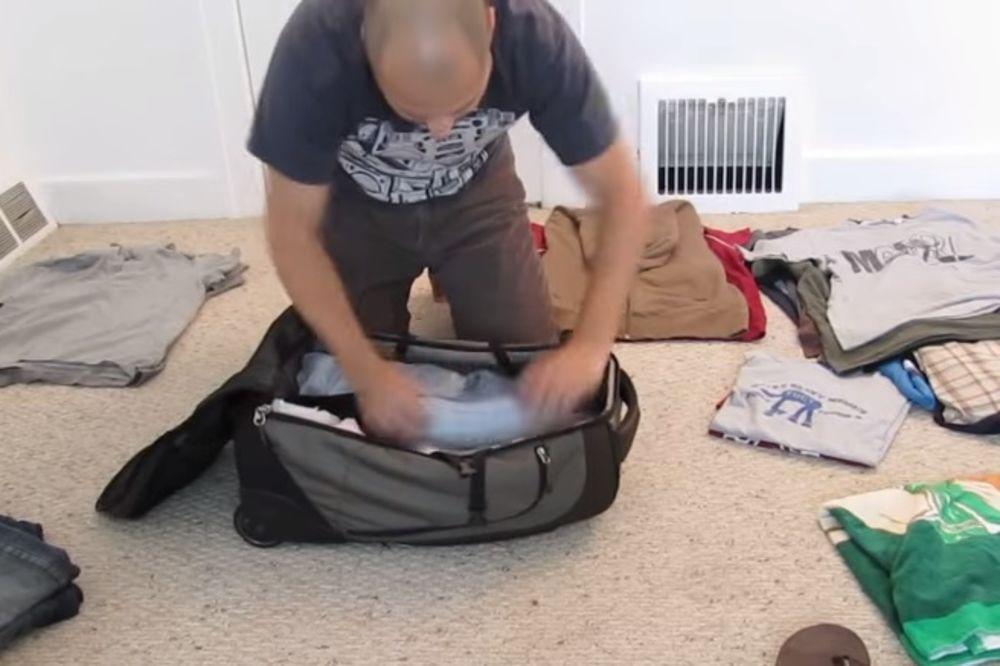 (VIDEO) OVO MORATE DA NAUČITE: Tom (28) u ručni prtljag spakuje odeće za mesec dana!