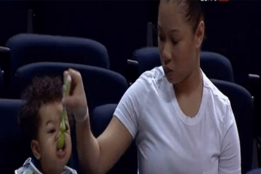 (VIDEO) PRESLATKO: Ručkam i gledam tatu dok igra košarku