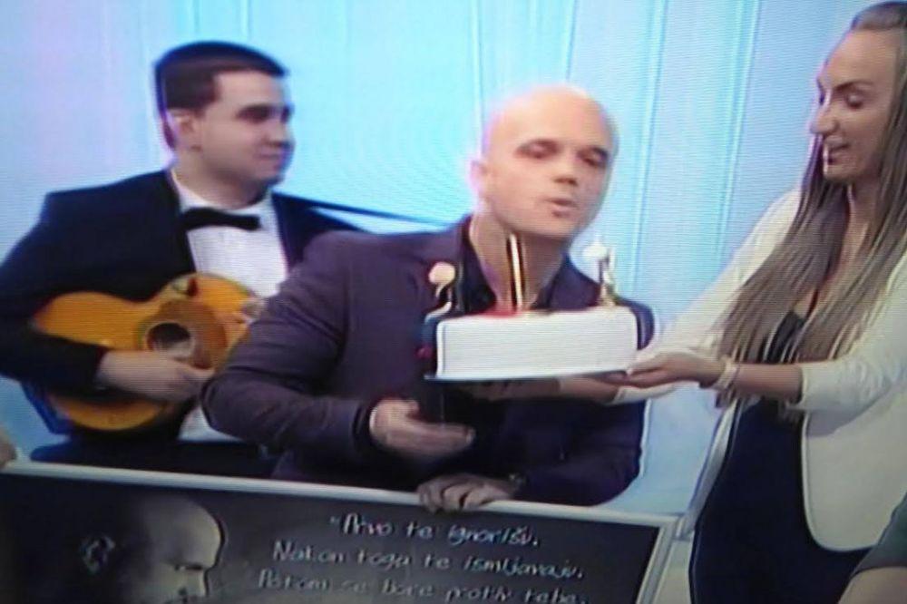 15 GODINA KARIJERE: Boban Rajović od devojke dobio tortu s svojim likom!