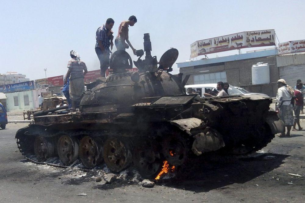 (VIDEO) ABRAMS NEMA ŠANSE: Stare sovjetske rakete u Jemenu uništavaju američke tenkove M1