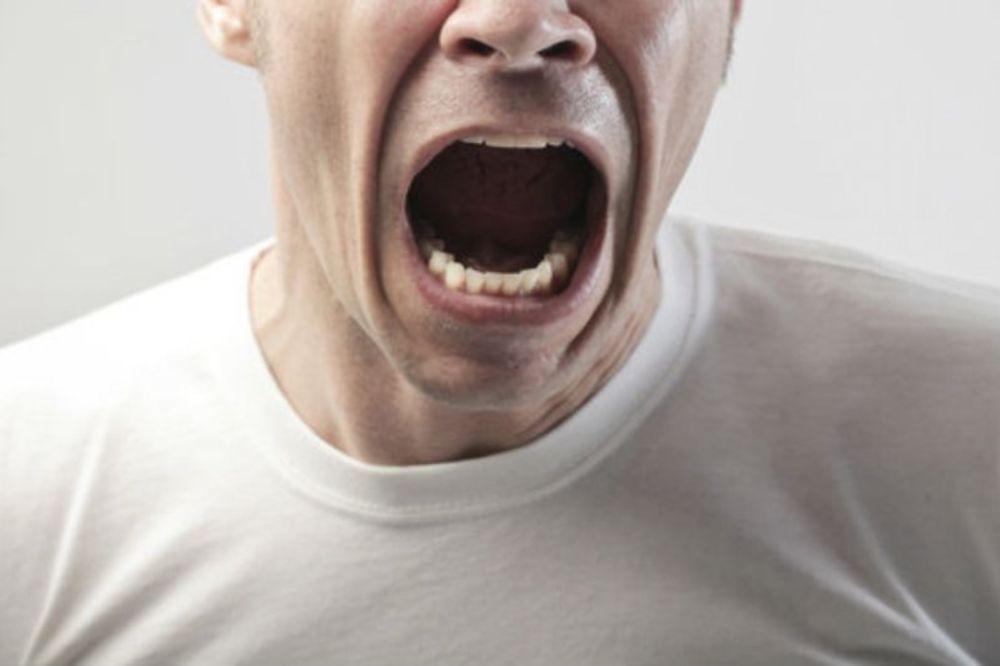 SALCBURŠKI VAMPIR: Zubima odgrizao komad vrata gostu u baru!