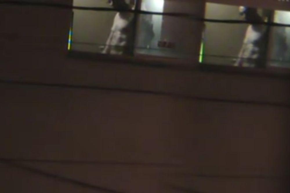 (VIDEO) Komšija masturbirao gledajući u njenu ćerku, a onda se mama osvetila!