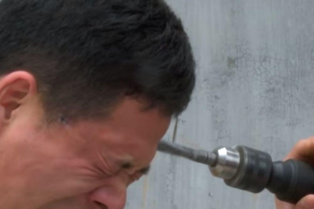 (VIDEO) ON IMA SUPER MOĆI: Pogledajte kako ovaj čovek sebi buši glavu električnom bušilicom