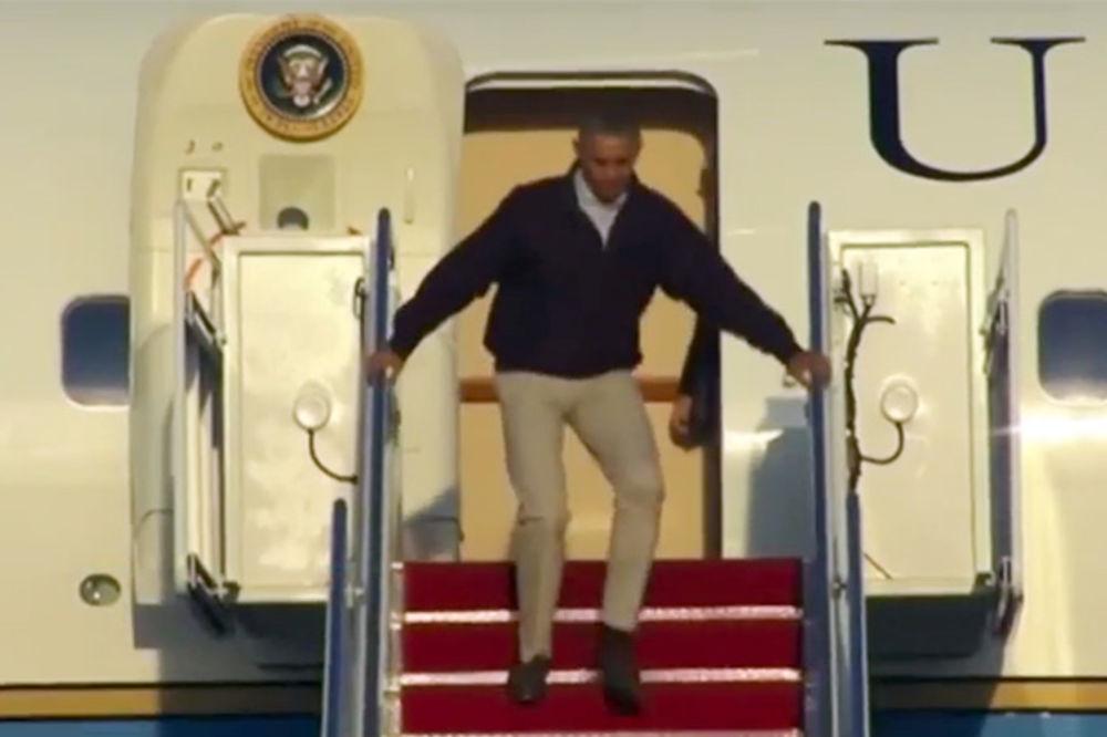 (VIDEO) ZA DLAKU: Barak Obama umalo sleteo niz stepenice svog aviona!