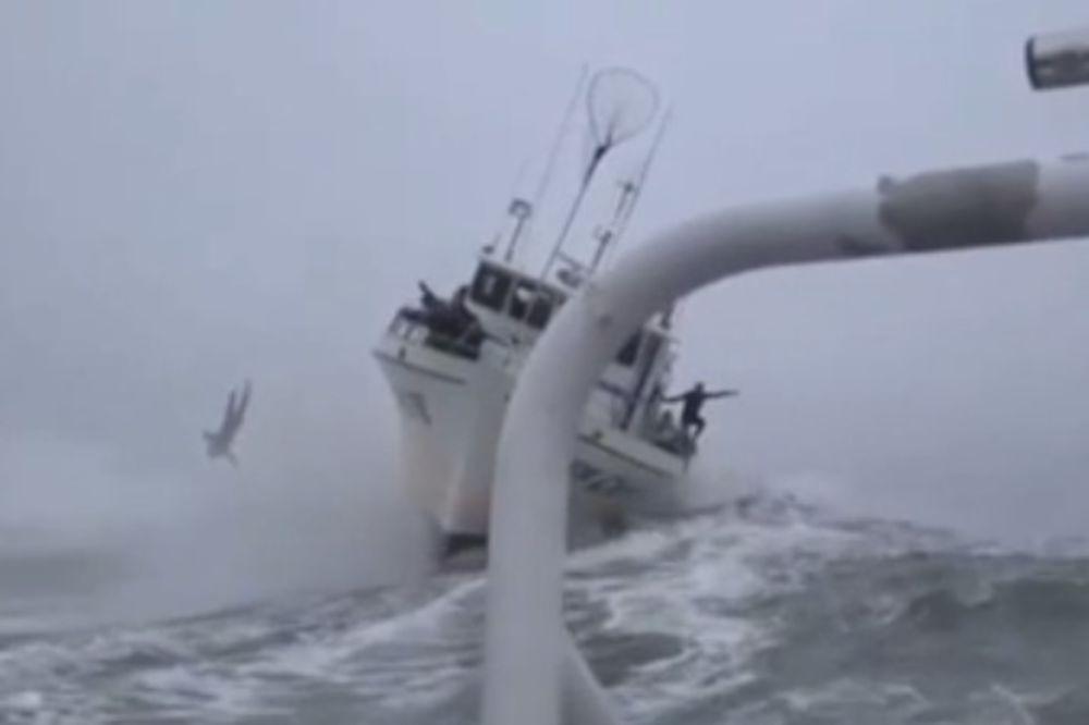 (VIDEO) KASKADER KAMIKAZA: Skočio u olujno more da ne bude kockica leda!